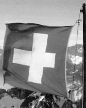 Nella Confederazione Elvetica ogni cittadino è un soldato che deve prestare periodico servizio militare fino a età avanzata, per cui è naturale che ogni svizzero in casa propria detenga un'arma a eventuale difesa della propria soglia privata