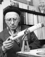 Dopo il terremoto di Messina si costruì il primo sismografo; e iniziò a voler leggere proprio tutti i giornali che costavano cinque centesimi l'uno. Gli servivano per le date dei terremoti
