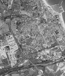 Esempio di paesaggio costiero delle marche- Nella foto: Civitanova con il suo porto (in altro a destra), le zone industriali e campagne limitrofe